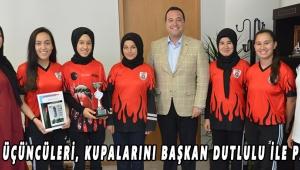 Türkiye üçüncüleri, kupalarını Başkan Dutlulu ile paylaştı