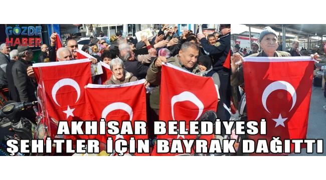 Akhisar Belediyesi şehitler için bayrak dağıttı