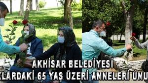 Akhisar Belediyesi sokaklardaki 65 yaş üzeri anneleri unutmadı